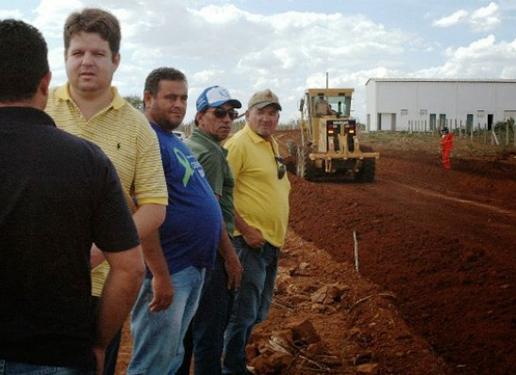 Dr. Júnior acompanha obras de pavimentação entre Ouro Velho e Amparo