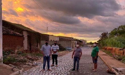 Prefeito Dr. Augusto Valadares visita obras de pavimentação em Ouro Velho
