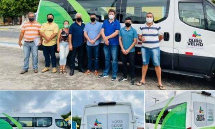 OURO VELHO: prefeito Augusto Valadares entrega Van 0km à população